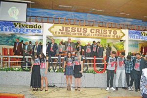 Pastor Roberto Ribeiro orando pelos jovens